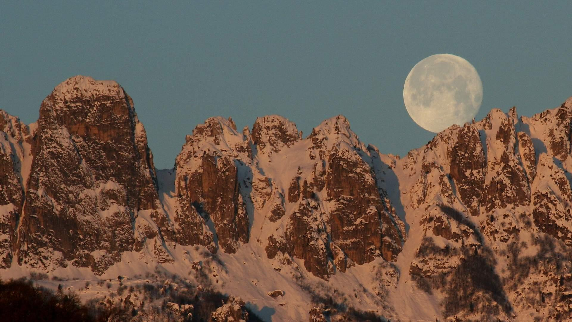 luna sulle Dolomiti chalet Fogajard